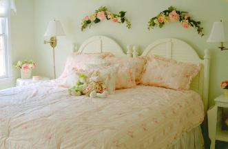 Pink and green bedroom in Durham, NC retreat center